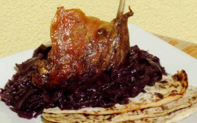 Pečené kačacie (husacie) stehná s dokonalou kapustou a páperovými zemiakovými lokšami