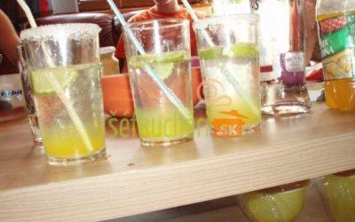 Vodka s ananásovým sirupom